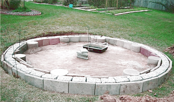 fundament-dlya-besedki-iz-podruchnyh-materialov.jpg